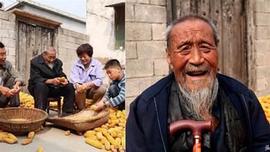老人喜歡抽煙喝酒,如今已經104歲高齡,60歲時小兒子出生,談起長壽經驗令人莞爾一笑